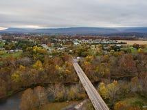 Antena de la pequeña ciudad de Elkton, Virginia en el Shenandoah V fotografía de archivo