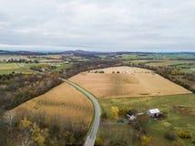 Antena de la pequeña ciudad de Elkton, Virginia en el Shenandoah V imagen de archivo libre de regalías