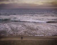 Antena de la persona que practica surf en el Huntington Beach California fotos de archivo libres de regalías