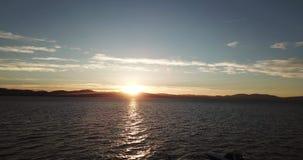 Antena de la puesta del sol del abejón que vuela sobre el lago Tahoe nevada EE.UU. almacen de metraje de vídeo