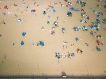 Antena de la puesta del sol en asistentes de la playa del parque de Asbury fotografía de archivo
