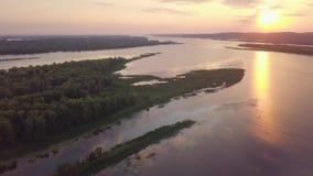 Antena de la puesta del sol del río almacen de video