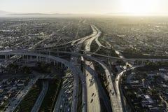 Antena de la salida del sol de la autopista sin peaje de Los Ángeles 105 y 110 Foto de archivo libre de regalías