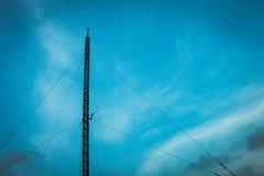 Antena de la silueta en el edificio Imagenes de archivo
