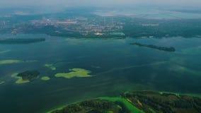 Antena de la superficie ancha del río cubierta con las algas verdes cerca de zona de la industria metrajes