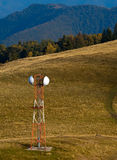 Antena de la telecomunicación (G/M) en prado de la montaña fotos de archivo