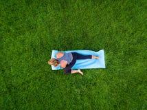 Antena de la yoga de la mujer fotos de archivo libres de regalías