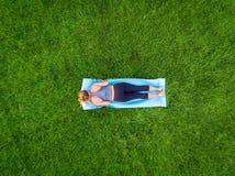 Antena de la yoga de la mujer imagen de archivo
