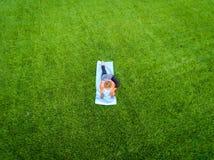 Antena de la yoga de la mujer fotografía de archivo libre de regalías
