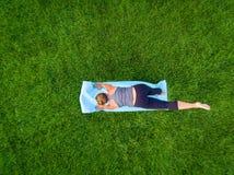 Antena de la yoga de la mujer foto de archivo