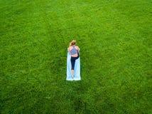 Antena de la yoga de la mujer fotos de archivo