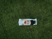 Antena de la yoga de la mujer fotografía de archivo