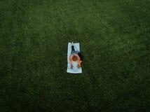 Antena de la yoga de la mujer imágenes de archivo libres de regalías