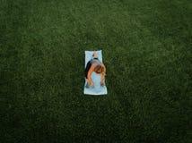Antena de la yoga de la mujer imagenes de archivo