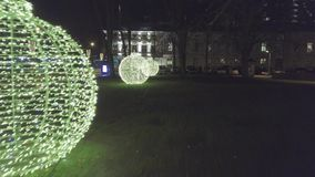 Antena de las decoraciones de la calle de la Navidad en Klaipeda, Lithu almacen de metraje de vídeo