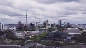 Antena de levantamiento, día nublado de Nueva Zelanda 4k de la ciudad de Auckland almacen de metraje de vídeo