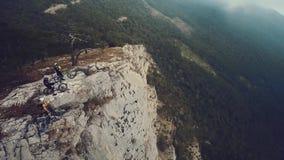Antena de los motoristas de la montaña en la montaña en la niebla metrajes