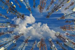 Antena de los wi celulares de la torre del teléfono celular y del sistema de comunicación Imágenes de archivo libres de regalías