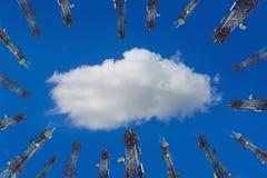 Antena de los wi celulares de la torre del teléfono celular y del sistema de comunicación Foto de archivo libre de regalías