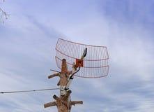 Antena de maison de télévision par satellite avec le fond naturel nuageux de ciel photo libre de droits