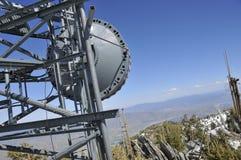 Antena de microonda en Mtn. Pico Foto de archivo