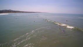 Antena de personas que practica surf en Dana Point Beach almacen de metraje de vídeo