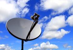 Antena de plato basado en los satélites imagen de archivo