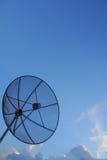 Antena de plato neta con el cielo azul foto de archivo libre de regalías