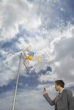 Antena de Pointing Cellphone At del hombre de negocios imagen de archivo libre de regalías