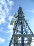 A antena de rádio brilha no céu azul claro imagens de stock