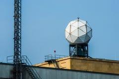 Antena de radar en el aeropuerto de Tempelhof en Berlín imagenes de archivo