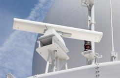 Antena de radar en una nave militar Foto de archivo