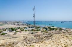 Antena de radio con el mar y la ciudad Lobito, Angola en fondo Fotos de archivo