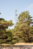 Antena de radio en horizonte de la playa con la arena y la perspectiva Imagen de archivo libre de regalías
