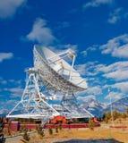 Antena de radio enorme con el diámetro grande Imagenes de archivo