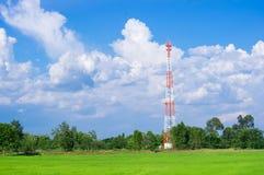 A antena de rádio e o satélite da telecomunicação elevam-se com céu azul Fotos de Stock