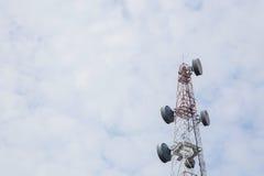 A antena de rádio e o satélite da telecomunicação elevam-se com um sunlig Imagens de Stock Royalty Free