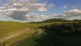 Antena de River Valley na Sérvia da montanha de Zlatibor video estoque