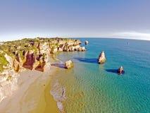 Antena de rocas y océano en los tres Irmaos del Praia en el puerto de Algarve Imagen de archivo libre de regalías