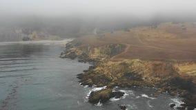 Antena de Rocky Northern California Coast e da névoa grossa vídeos de arquivo