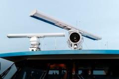 Antena de rotación del radar y del reflector marinos encima de la nave Imágenes de archivo libres de regalías