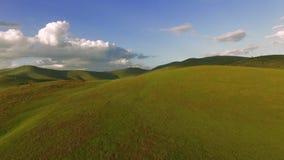 Antena de sorprender las colinas verdes de la montaña bajo horizonte del verano almacen de metraje de vídeo
