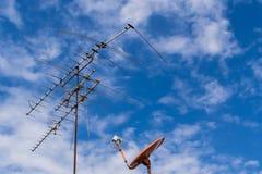 Antena de televisão e televisão do prato Imagens de Stock