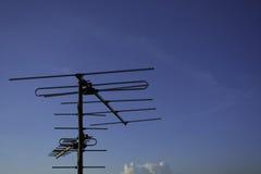 Antena de televisión con el cielo Imagenes de archivo