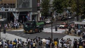 Antena de Timelapse del paso de peatones de la muchedumbre en la intersección Tokio de Shibuya almacen de video