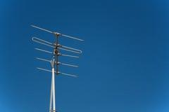 Antena de TV contra un cielo azul Backgound Fotos de archivo libres de regalías