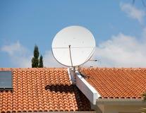 Antena de TV en el tejado de teja roja fotografía de archivo