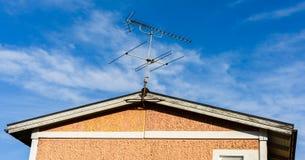Antena de TV en una casa con el fondo del cielo azul Imagenes de archivo
