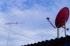 Antena de TV vieja y moderna Imágenes de archivo libres de regalías