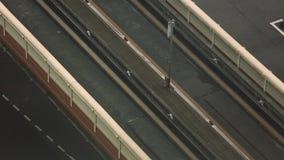 A antena de um trem elevado viaja sobre uma linha de tráfego durante o dia vídeos de arquivo